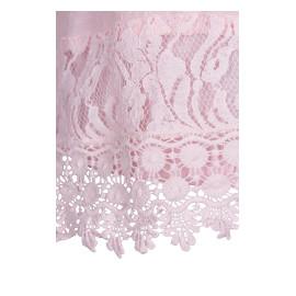 Detalj på rosa blus med spets