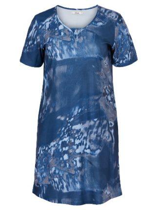 Snygg mönstrad klänning i blått från Zizzi