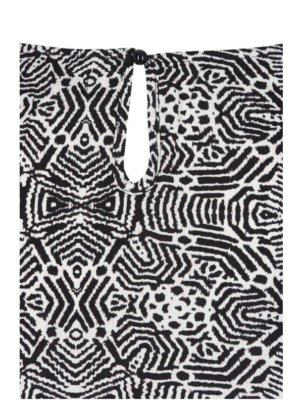 Detalj av klänning i grafiskt mönster