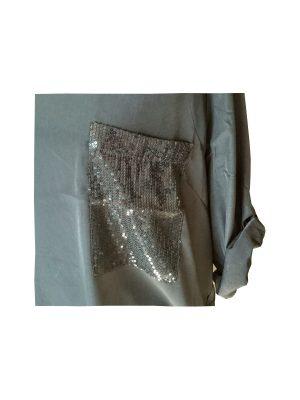 Blus med strass på fickan för en festlig look