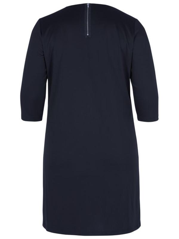 Variera klänningen med en snygg stövel eller sko beroende på tillfälle