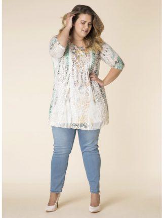 Tunikan passar bra till vita byxor eller ett par jeans