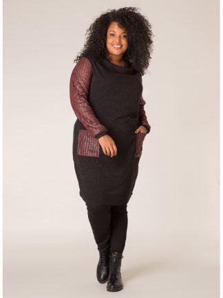 Stickad klänning i svart och vinrött