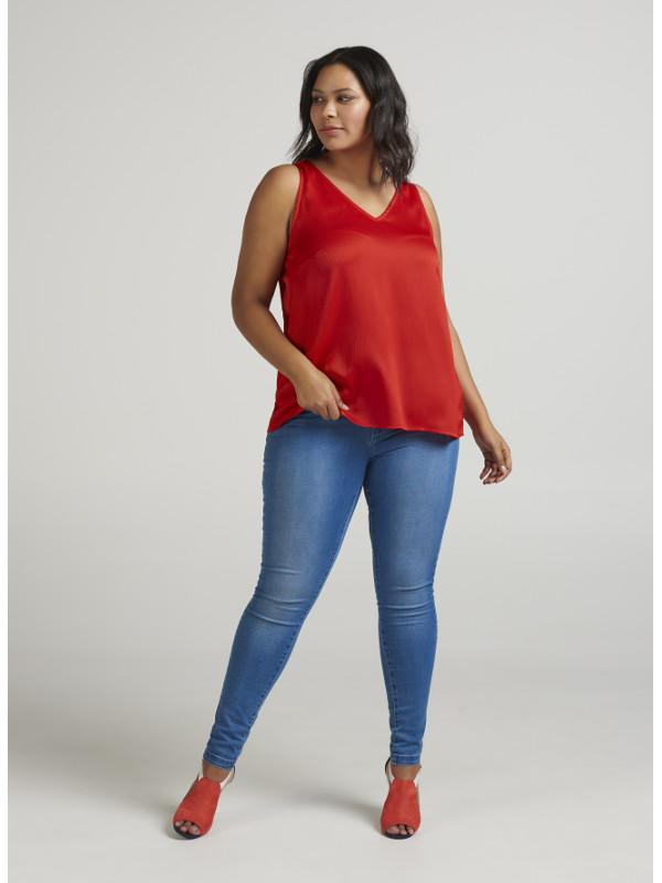 En fin tangoröd blus i stor storlek