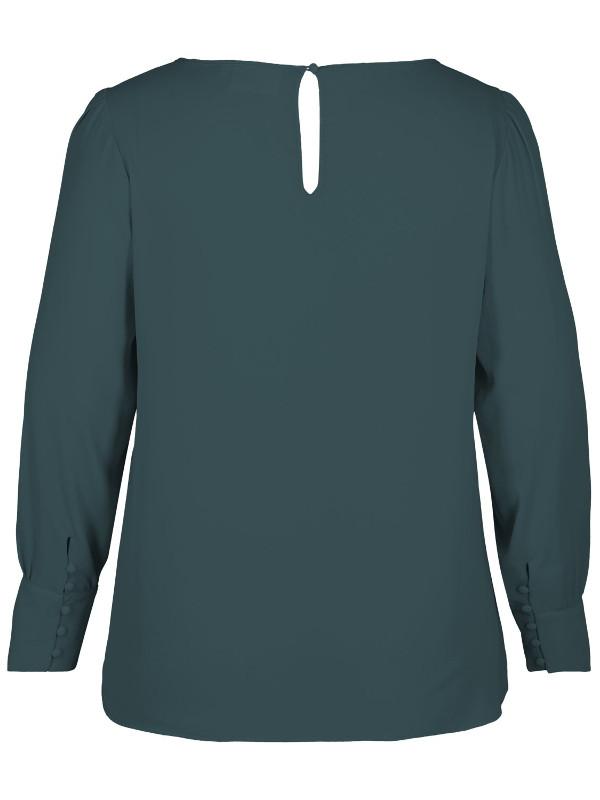 Snygga klädda knappar i blusen som finns i stor storlek