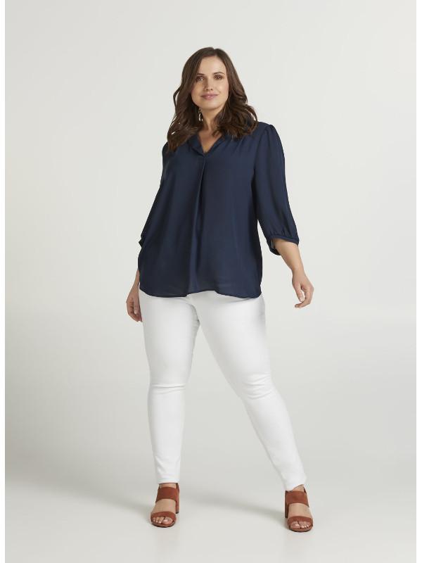 marinblå tunn blus som passar till vita byxor