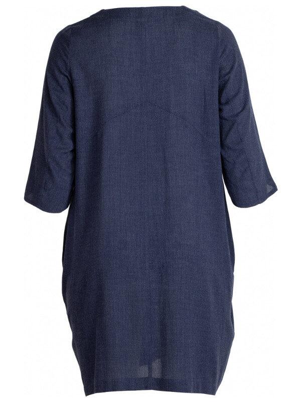 V-ringad klänning med 3/4 dels ärm. Skön bekväm klänning med lös passform och härliga fickor fram.