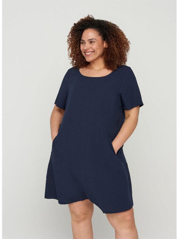 Sön kvinnlig klänning med fickor