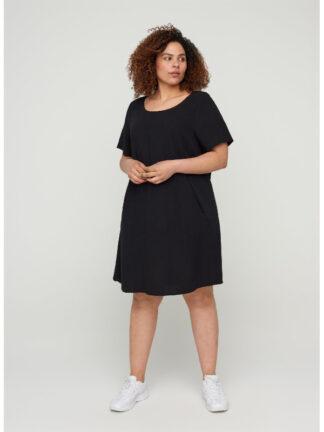 A-linjeformad klänning i kvinnlig modell